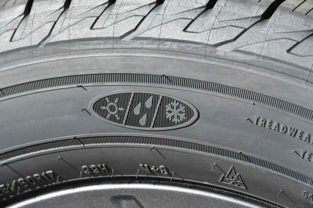 画像: グッドイヤー・アシュアランスウェザーレディのサイドウオールに刻まれた「太陽」「雨」「雪」のマーク。ドライ/ウエット/スノー路面に対応したタイヤということを示している。