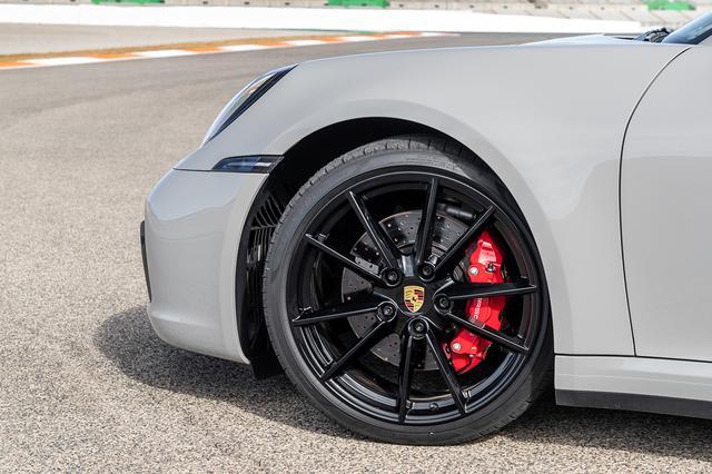 画像: フロント20、リア21インチのミックスタイヤを装着。リアブレーキディスク径も330mmから350mmに拡大した。