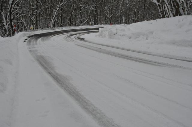 画像: スノー :ドライ+ウエットの夏タイヤ性能に加え、こうしたスノー路面(圧雪路)走行も可能にしているのがオールシーズンタイヤの特徴だ。