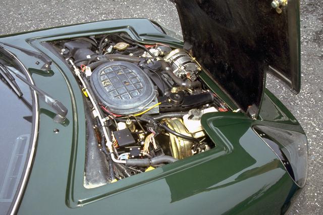 画像: ボンネット内にギッシリ詰まった直4のOHVは電子燃料噴射装置も備えていた。