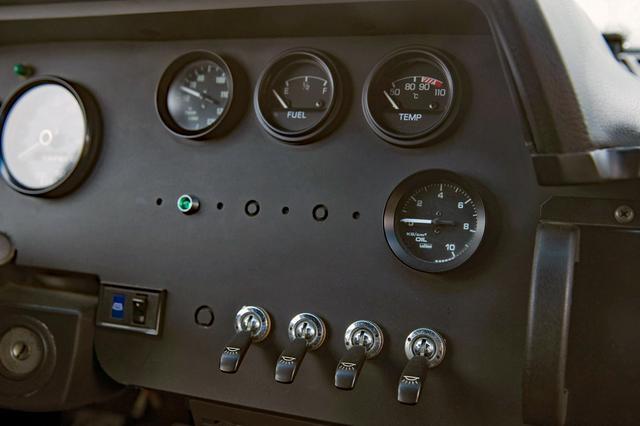 画像: インパネ右には水温や油圧などのサブメーターとライト類のスイッチが並ぶ。