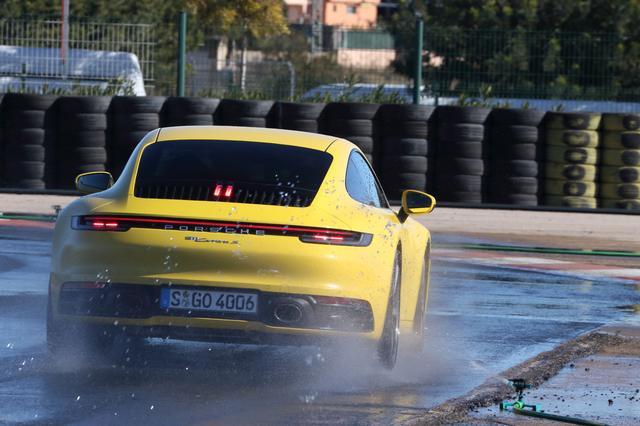 画像: 路面に散水した特設コースでは「ウェットモード」をテストした。手動でこのモードを選びコースインすると、後輪駆動のカレラSでも驚くほど安定した走りを見せてくれた。