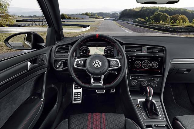 画像: コクピットやメーターパネル類のデザインは、ベースとなったゴルフGTIと同じ。サーキット走行では巨大なフットレストの効果も実感。