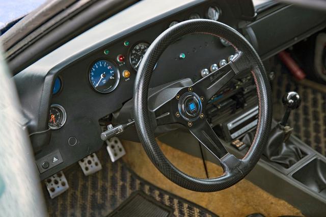 画像: いかにも1980年代のラリー車らしいメーターパネル。ナルディ製ステアリングはノンオリジナル。