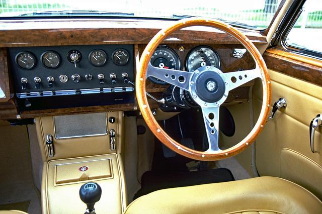 画像: ステアリングはモトリタ製のウッドリム。メーターはスミス製。センターダッシュにはタンブラー式のスイッチが並ぶ。