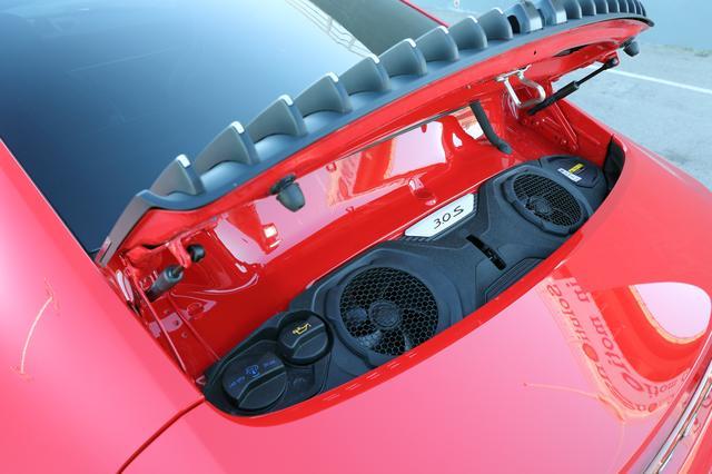 画像: 新設計の水平対向6気筒エンジンの姿は見えない。2つのターボチャージャーはタービン径を3mm拡大。