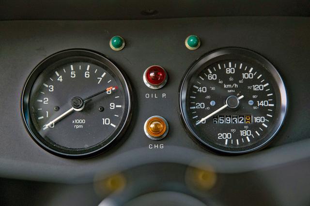 画像: ステアリングの正面には、比較的小ぶりなタコメーターとスピードメーターがシンプルに並ぶ。