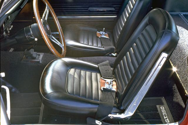 画像: シートバックはリクラインしない。シートベルトは2点式。リアシートは折りたたむとフラットなラゲッジスペースになる。