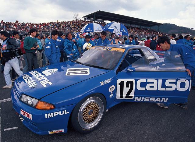 """画像: GT-Rの復活を一目見ようと、この西日本の開幕戦に大観客が押し寄せた。このラウンドを星野/鈴木組はポールtoフィニッシュで完勝。2位は長谷見/オロフソン組のリーボックスカイライン。ここから""""GT-R神話""""は新たな章を書き加えていく(1990年3月18日JTC Rd1西日本)。"""