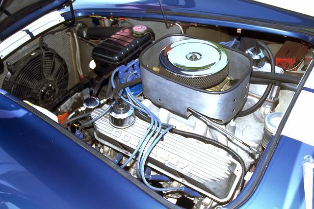 画像: 豪快なサウンドを発する、427キュービックインチ(6977cc)のフォード製V8 OHVエンジン。