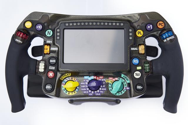 画像: メルセデスAMG F1 W10 EQ POWER+ のステアリングホイール 解説