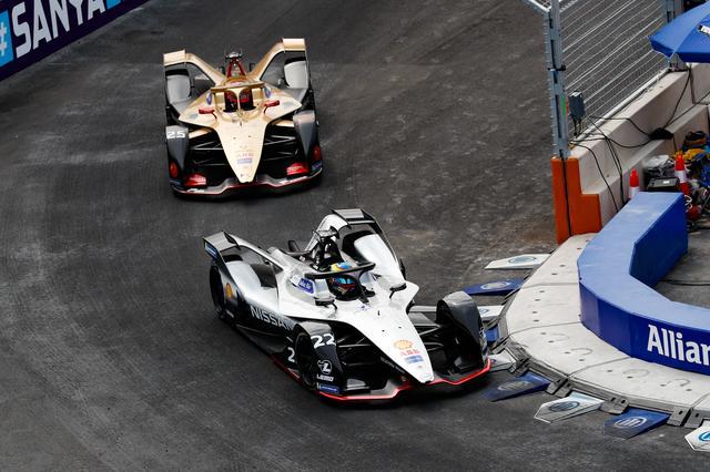 画像: 19周目まで22号車オリバー・ローランド(ニッサン・e.ダムス)が25号車ジャン・エリック・ベルニュ(DSテチーター)をリード。結局、最後までこの2台の戦いとなった。