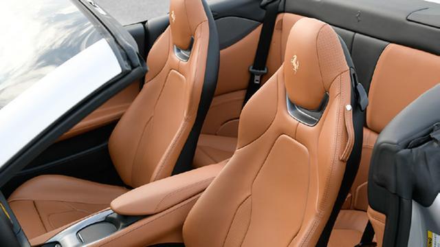 画像: マグネシウム構造を採用することで前席のシートバックが薄くなり、後席の居住性が高まった。