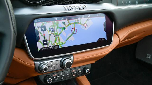 画像: インフォテインメントも充実。助手席前には、各種走行情報を表示するディスプレイも設定。