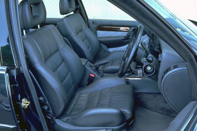 画像: シートはコノリーレザー製だが、アジャストはマニュアル。後席のスペースはノーマルと同様に広い。