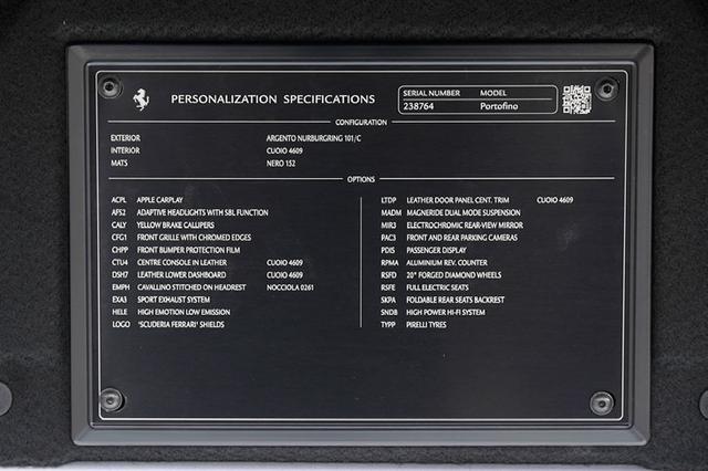画像: リアトランク内に貼り付けられていたプレート。1台1台に、オーナーの好みに合わせたパーソナライズが施されている。