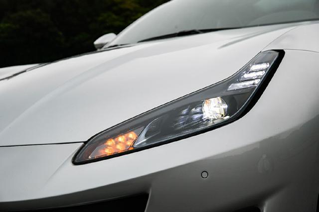 画像: フルLEDヘッドライトの「目元」には、インタークーラーへの導風やドラッグ軽減用のエアダクトが。