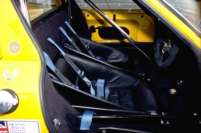 画像: バケットシートは固定式。キャビン中央にはロールケージのバーが横切っている。