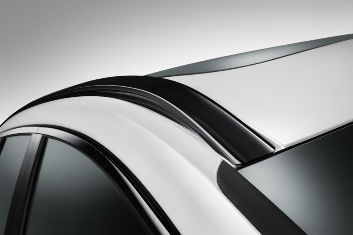 画像: XC60 R-デザイン仕様のインテグレーテッドルーフレールをグロッシーブラック仕上げとした。