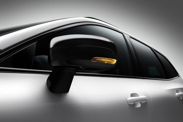 画像: XC60 R-デザイン仕様のサイドウインドートリムとドアミラーカバーをグロッシーブラック仕上げとした。
