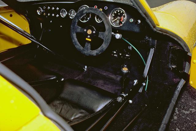 画像: 1960年代のレーシングカーそのものといったコクピット。5速MTのシフトレバーは右側にある。
