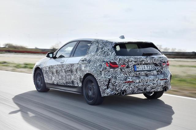 画像: BMWの次期1シリーズ。こちらはマフラー2本出し。