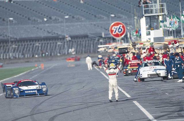 画像: デイトナでピットインして来るマシンを待ち受ける星野。長谷見/鈴木利男/オロフソンと組んでR91CP を駆り、日本車として初のデイトナ総合優勝を果たす(1992年2月1日-2日。デイトナ24h)。