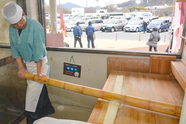 画像: 長い竹を使ってテコの原理で麺を打ち付けていく「青竹手打ち佐野ラーメン」(950円)限定100食だ。