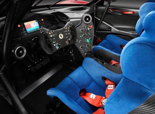 画像: コクピットはサーキット仕様。488 GT3をベースに最新のテクノロジーが盛り込まれている。