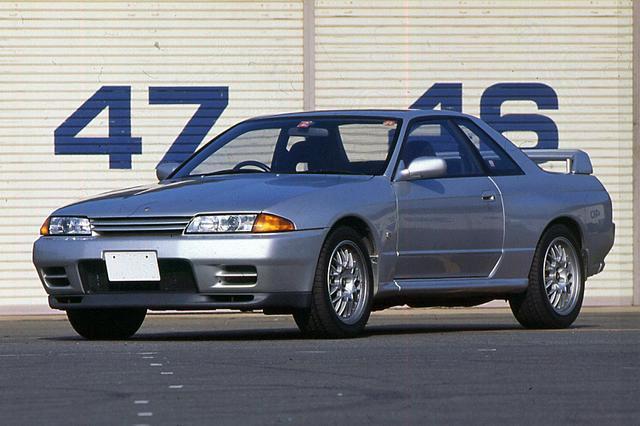 画像: 19994年に登場したVスペックII。ようやく認可の下りた45%偏平タイヤを履き、コーナリングスピードを一気に上げた。