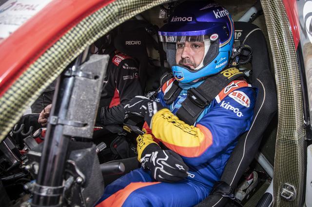画像: ダカール・ラリー優勝車両のハイラックスをドライブするフェルナンド・アロンソ。