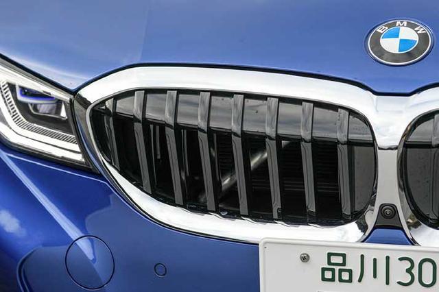 画像: エアベントを備えた新型のキドニーグリル。エンジンを冷却する必要があるときは写真のように自動的に開く。