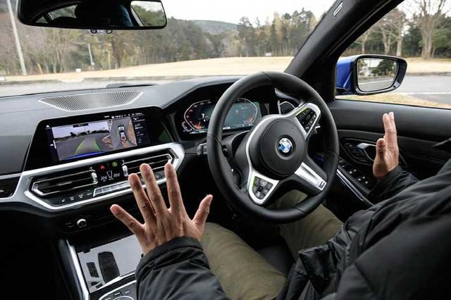 画像: 後退時ステアリングアシスト機能はハンドルは自動操作するがアクセル&ブレーキペダルは運転者が操作する。