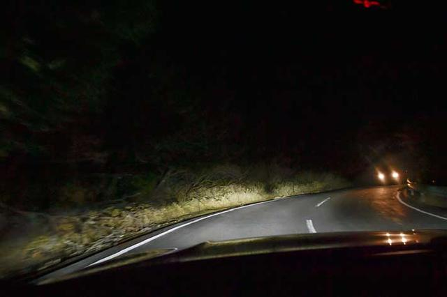 画像: BMWレーザーライトを使った夜間走行時の様子。ハイビームだが対向車のところは減光さているのがわかる。