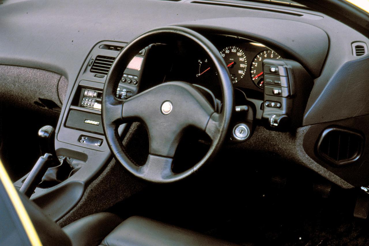 画像: 正面に大径の速度/回転計を配したコクピットはドライバーを囲むようにデザインされ、運転に集中できる環境とした。