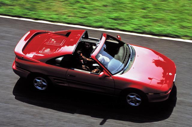画像: 全車にプラス14万円でTバールーフを設定。ボディ剛性を落とさずにオープンエアが楽しめると、とくに北米市場で人気を得た。