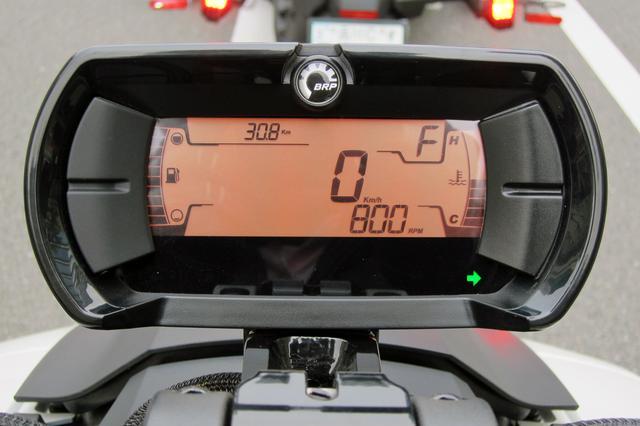 画像: メーターはデジタルディスプレイ。右端が水温計、左端が燃料計。エンジン回転数も数字で表示。