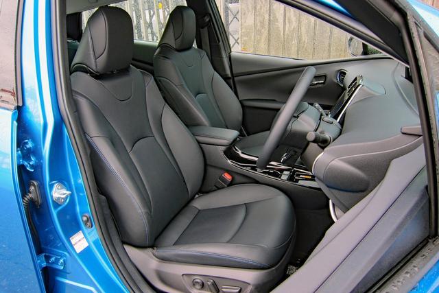 画像: Aツーリングセレクションのシート地は合成皮革だが快適温熱シートを採用。