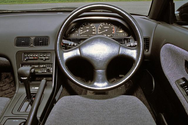 画像: ステアリングの形状以外、インテリアはシルビアと共通。シンプルなデザインで、タコメーターは8000rpmからレッドゾーン。