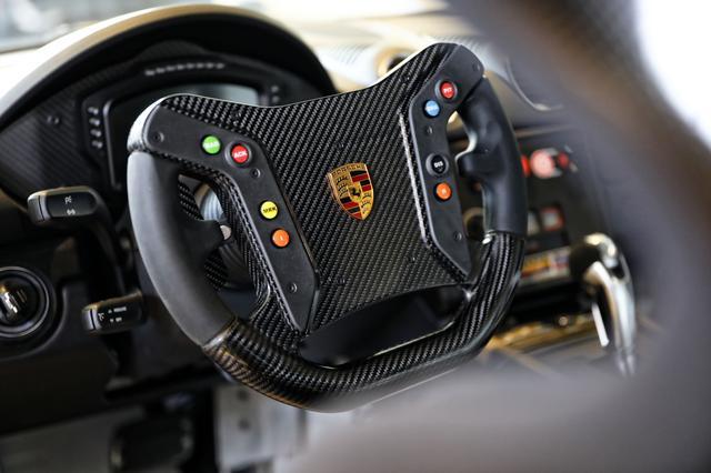 画像: レースカーらしい仕立てのインテリア。トランスミッションは6速PDK。