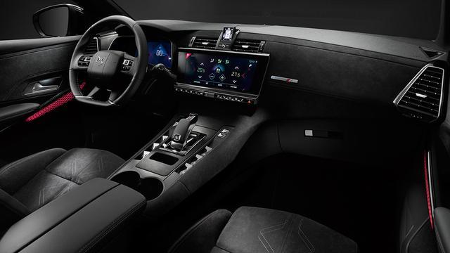 画像: 緻密に張り込まれたアルカンターラが独自の車内空間を生み出している。