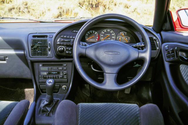 画像: メーター回りは完全にドライバー中心にデザインされている。タコメーターは7200rpmからレッドゾーンとなる。