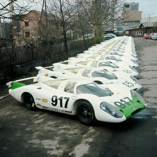 画像: 生産工場の駐車場に並べられた25台の「917」。手前の917号車はジュネーブオートサロンで展示された車両。