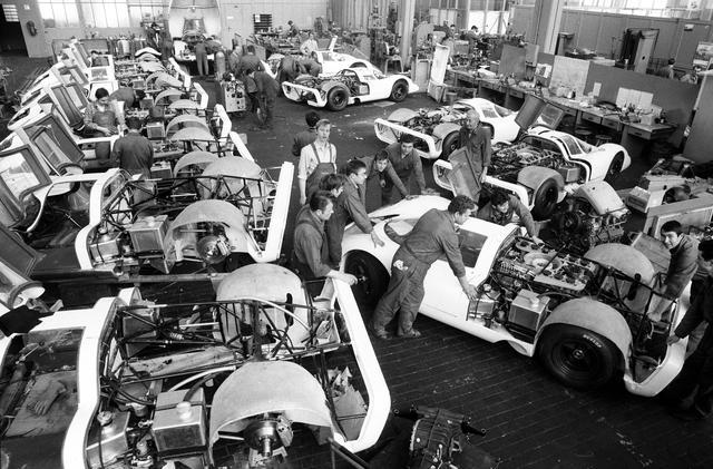 画像: ホモロゲーション取得の条件となる25台の生産は突貫工事で行われたという。メインカットは1969年3月のジュネーブオートサロンでデビューしたときのもの。
