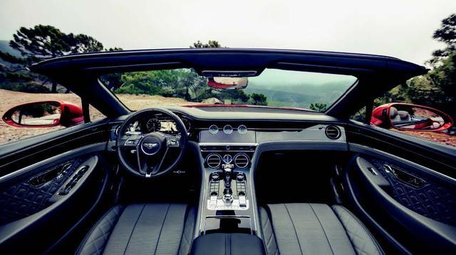 画像: シートはもちろんヒーター付き。ネックウォーマー機能のほか、ハンドルやアームレストにもヒーター機能を装備。