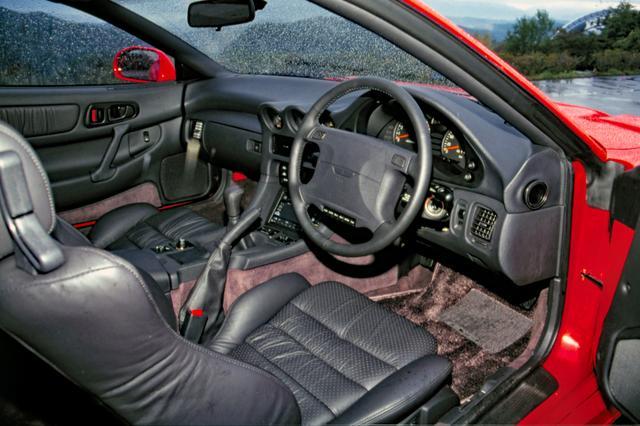 画像: キャビンは高級GTの風格を漂わせる。ゲトラグ製5速MTは93年のマイナーチェンジで43.5kgmへのトルク増に合わせ6速に換装された。
