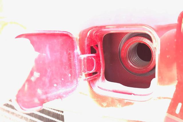 画像: カバーを開けるとあらわれる、けん引フック装着用のネジ穴。