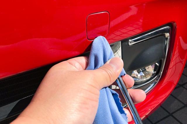 画像: 車載工具を布でカバーしてキズ対策。バンパーにキズはつかなかった。
