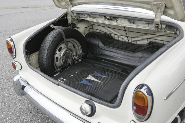 画像: トランクルームはしっかりと容量は確保され中で転がらないような仕切りも用意。このころからボルボは使い勝手に配慮したクルマづくりをしているのだ。スペアタイヤも装備される。