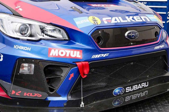 画像: 矢印でけん引フックのある部分を強調するレーシングカー。規定に定められている。
